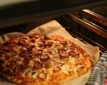Пица с кренвирши, лук и гъби 11