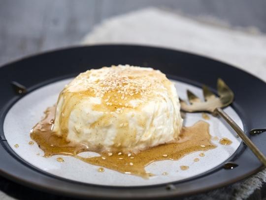 Мус от сирене с мед и сусам