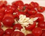 Паста с печени домати, маслини и трохи