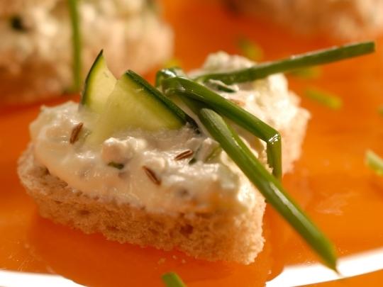 Сандвич с пастет от извара и краставица