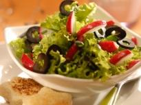 Зелена салата с репички и маслини