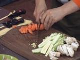 Пиле с ядки и тиквички в салата