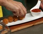 Панирана моцарела с доматен сос 9