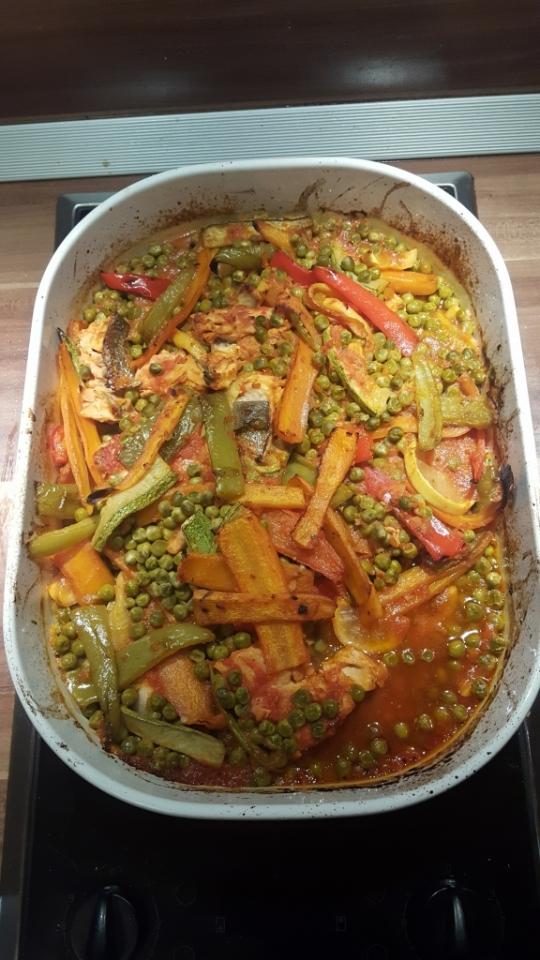 Риба със зеленчуци и доматен сос