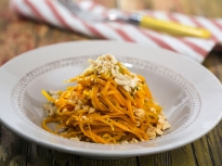 Пикантна салата от моркови