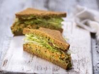Сандвичи със салата от намачкан нахут