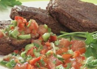Кюфтета от червен фасул с чушкова салса