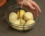 Картофени кюфтета със зелен сос