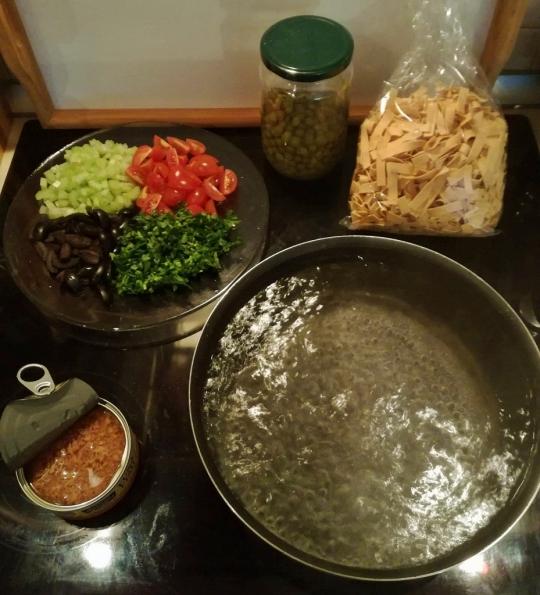 Паста с риба тон, маслини и чери домати