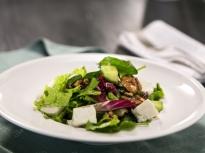 Зелена салата със захаросани орехи