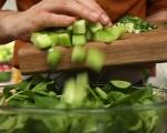 Зелена салата със захаросани орехи 8