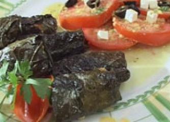 Лозови сарми със сирене на скара