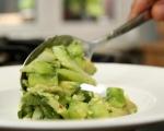 Салата от авокадо и краставици 6