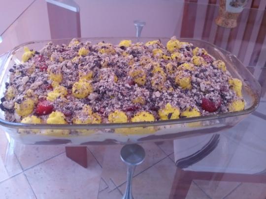 Бисквитена торта с ягоди и два вида шоколад