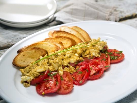 Доматена салата с яйчен сос