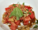 Доматена салата с ароматни трохи 4