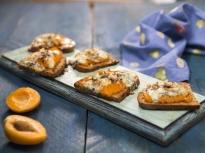 Печени филийки с кайсии и синьо сирене