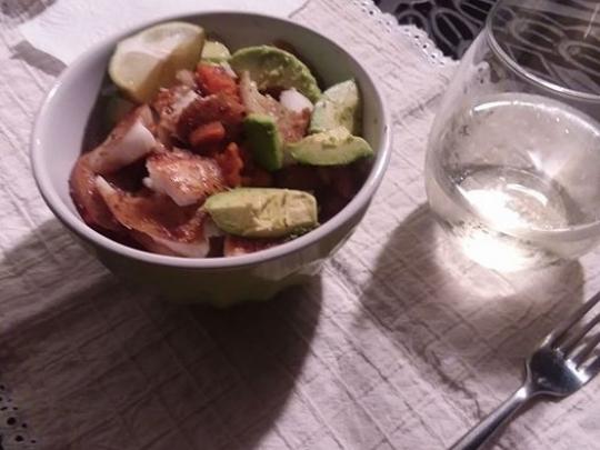 Тилапия с ориз и авокадо по мексикански