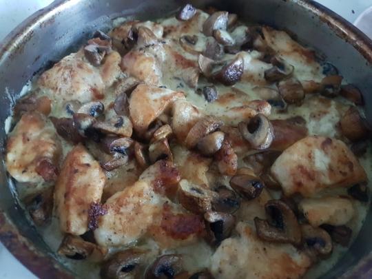 Пиле с гъби и сметанов сос на фурна