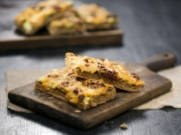 Плосък хляб с маслини и тиквички