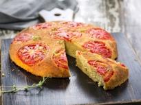 Обърнат царевичен кейк с домати