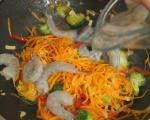 Скариди с броколи, моркови и червена чушка 6
