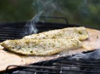 Риба с лайм и риган на дъска