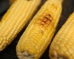 Ароматни скариди върху царевица