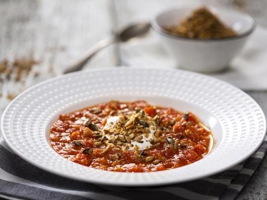 Доматена супа с леща и гранола
