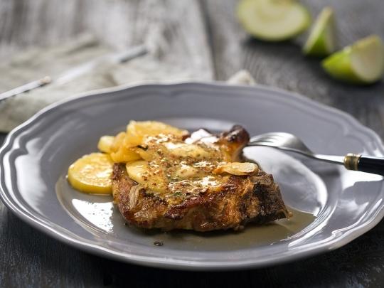 Свинско с картофи, ябълка и лук