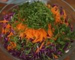 Салата от зеле и моркови с топъл сос