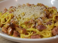 Спагети карбонара (с яйца и бекон)