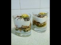 Десерт с кисело мляко и плодове