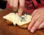 Печени картофи с плънка от сирене и маслини 5