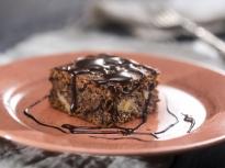 Орехов кейк с шоколадов сос
