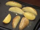 Картофени четвъртинки на плоча с доматен винегрет 2