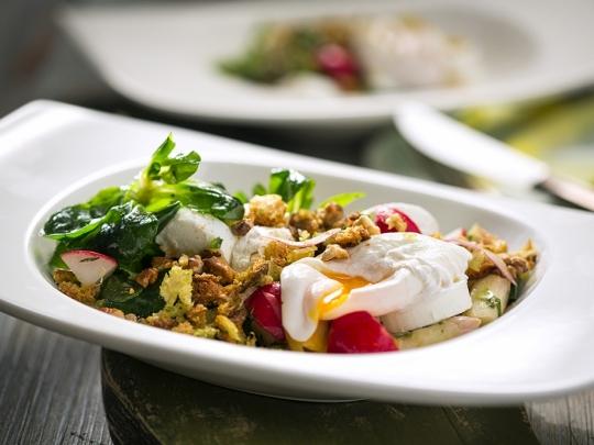 Салата с аспержи и поширано яйце