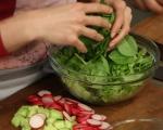 Зелена салата със сирене и репички 3