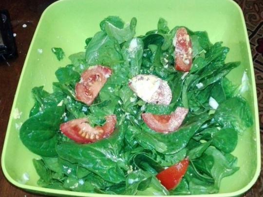 Салата от бейби спанак, домати и яйца
