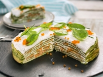 Палачинкова торта със спанак и сьомга