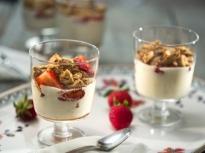 Десерт от кисело мляко с ягоди