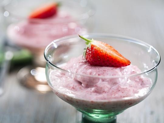 Ледено кисело мляко с ягоди