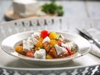 Доматена салата с чоризо
