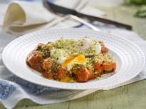 Поширани яйца върху доматен сос с кре...
