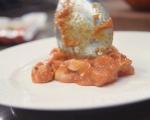 Поширани яйца върху доматен сос с кренвирши 10
