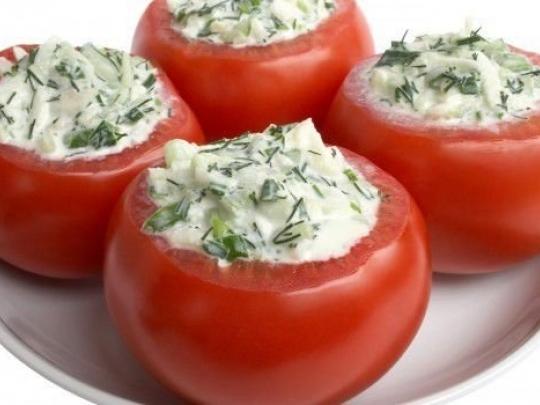 Пълнени домати със сирене, лук и копър