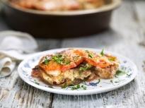 Хлебен пудинг с тиквички и домати