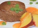 Шоколадов мус с бадеми и сос от праскови