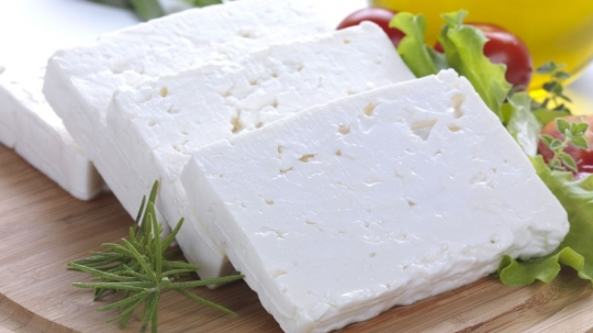 Гювече с колбас, сирене, пушено сирене, яйце и прясно мляко