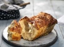 Надиплен хляб с яйца и сирене